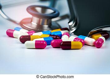capsule, overuse., pharmaceuticals., kleurrijke, stethoscope, antimicrobial, arts., globaal, weerstand, medicijn, uitrusting, healthcare., plateau., stapel, tafel, antibioticum, witte , medisch, pillen