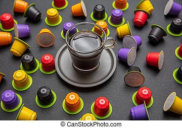capsules, couleur tasse café, compostable, arrière-plan noir