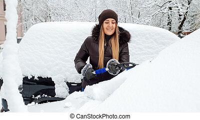 car, coberto, foto, tempestade, windscreen, cima, limpo, tentando, bonito, wipers, agasalho, jovem, neve, mulher, chapéu, escova, closeup, azul, após