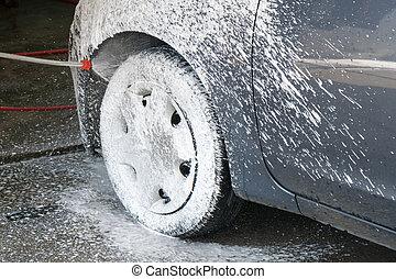car, lavando, processo, de, carro luxo, cheio, coberto, com, branca, espuma, e, esguichos, de, arma água