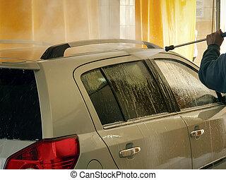 Car wash worker washes a car foto 4