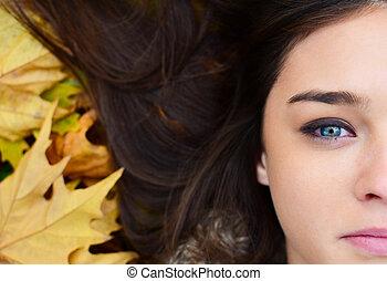 cara mujer, acostado, en, otoño sale