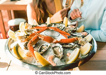 caranguejos, par romântico, gelo, fresco, servido, tabela, ostras