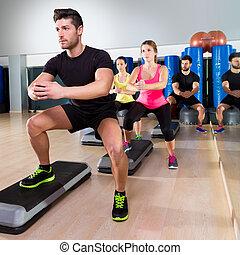 cardio, étape, danse, accroupi, groupe, à, fitness, gymnase