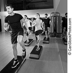 cardio, paso, baile, grupo, en, condición física, gimnasio, entrenamiento