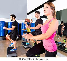 cardio, steg, dans, grupp, hos, fitness, gymnastiksal, utbildning