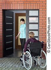 caregiver, 邀請, 婦女, 上, 輪椅, 到, 老人院