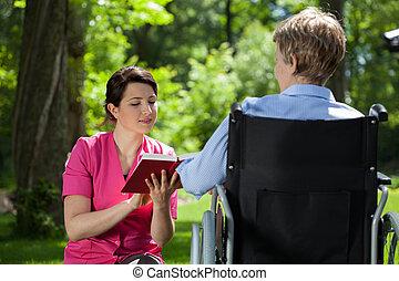 caregiver, 閱讀一本書, 到, 殘疾的女人
