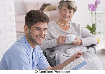 caregiver, 閱讀, 到, 年長者, 夫人, 由于, 茶