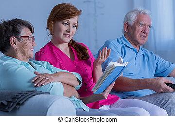 caregiver, 閱讀, 到, 年長 婦女