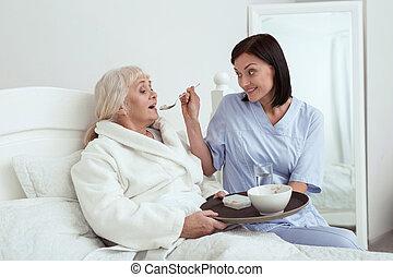 caregiver, aîné, femme, alimentation, heureux