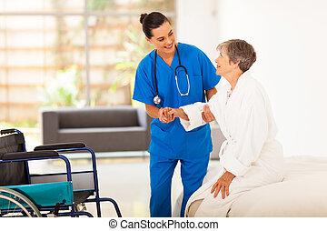caregiver, ajudando, mulher, sênior