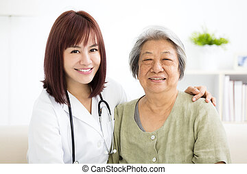 caregiver, donna senior, casa, sorridente, giovane