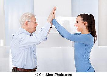 caregiver, e, homem sênior, dar, alto cinco