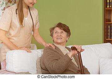 caregiver, e, mulher sênior, em, sala de estar