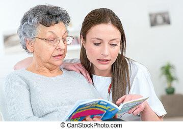 caregiver, lezende , patiënt, boek, bejaarden