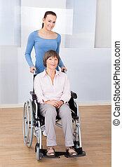 caregiver, mit, behinderten, ältere frau, in, rollstuhl