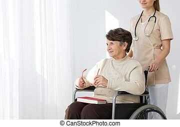 caregiver, mit, frau, auf, rollstuhl
