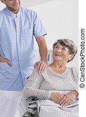 caregiver, und, älter, auf, rollstuhl