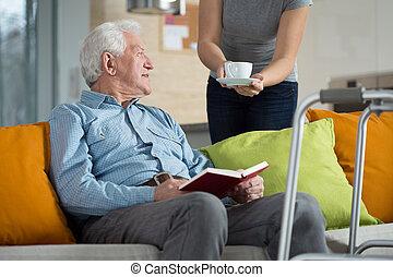carer, geven, gehandicapte man, koffie
