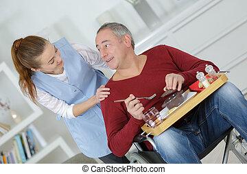 carer, homme, repas, maison, servir, fauteuil roulant