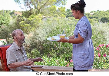 carer, odaad, idősebb ember, élelmiszer, alatt, tartózkodási, otthon