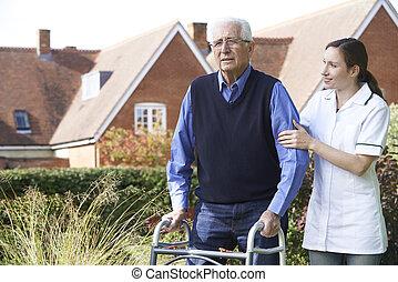 carer, portie, hogere mens, om te lopen, in, tuin, gebruik, lopend met vensterraam
