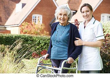 carer, portie, oude vrouw, om te lopen, in, tuin, gebruik, lopend met vensterraam