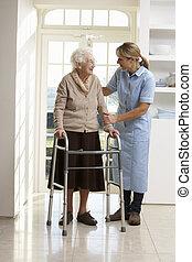 carer, portion, senioren, ältere frau, gebrauchend, laufgestell