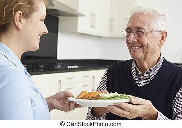 carer, servindo, almoço, para, homem sênior