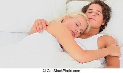 caresser, couple, dans, a, lit
