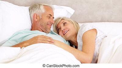 caresser, couple, lit, bavarder