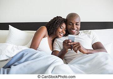 caresser, couple, smartphone, lit, heureux