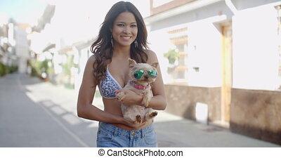 caresser, femme, jeune, chien, petit, sourire