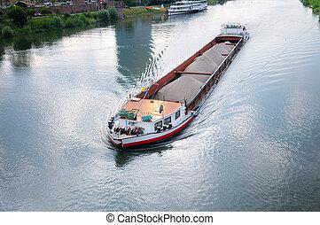 carga, lancha a remolque del río