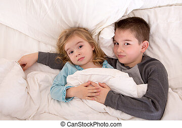 cariñoso, joven, hermano y hermana, mentira en cama