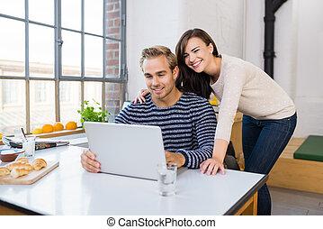 cariñoso, pareja, feliz, computador portatil, utilizar