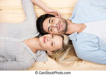 cariñoso, pareja joven, acostado, cabeza dirigir