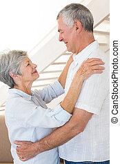 cariñoso, pareja mayor, juntos, bailando
