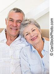 cariñoso, pareja mayor, juntos, sonriente
