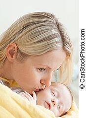 carinhoso, dela, bochecha, bebê, dormir, mãe, beijando