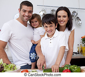 carinhoso, família jovem, cozinhar, junto