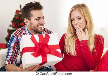 carinhoso, homem, dar, seu, namorada, presente natal
