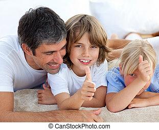 carinhoso, pai, com, seu, crianças, tendo divertimento