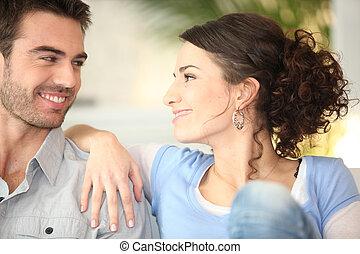 carinhoso, par jovem, ligado, sofá