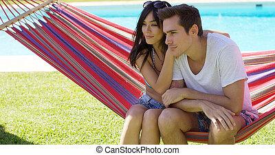 carinhoso, par jovem, sentando, ligado, um, rede