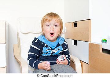 carino, bambino primi passi, ragazzo, gioco, in, suo, stanza