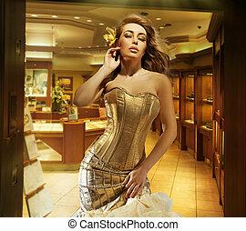 carino, biondo, signora, il portare, dorato, vestire, in, uno, gioielleria, negozio