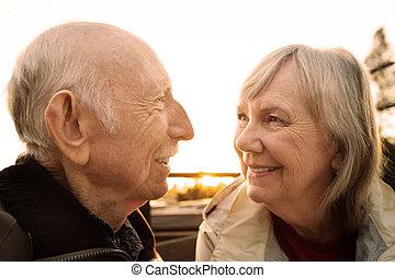 carino, coppia, guardandolo
