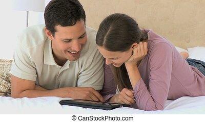 carino, coppia, usando, uno, computer, tavoletta